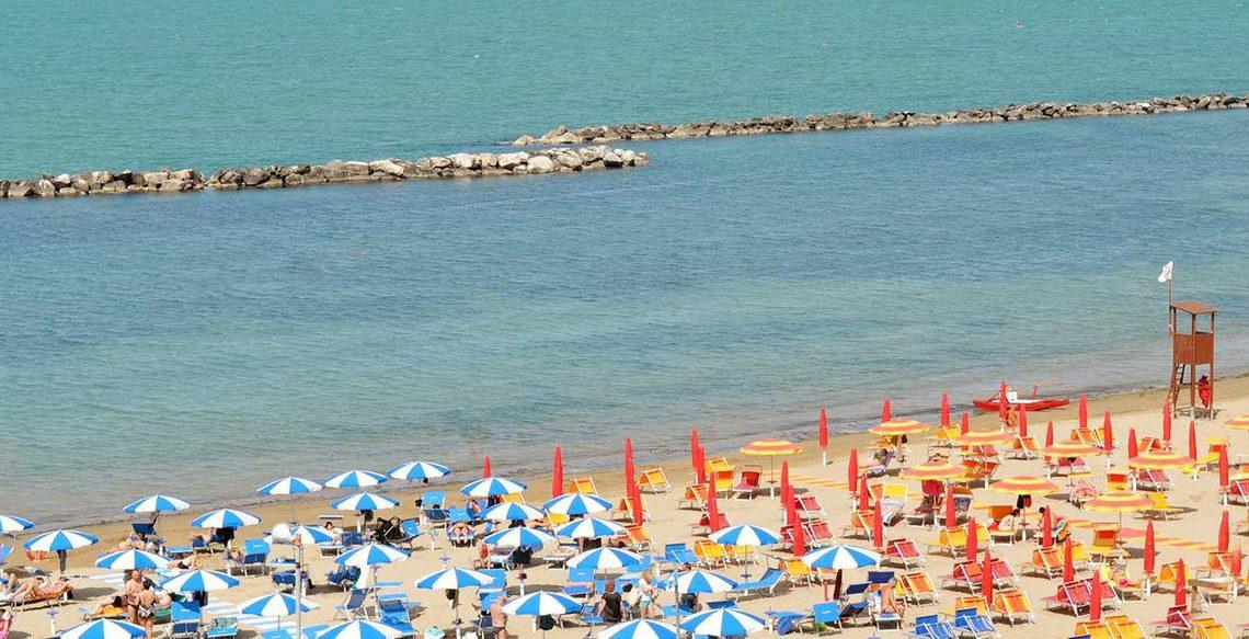 A Rimini, Riccione e Cattolica si potrà fare il bagno. Ma scoppia la polemica