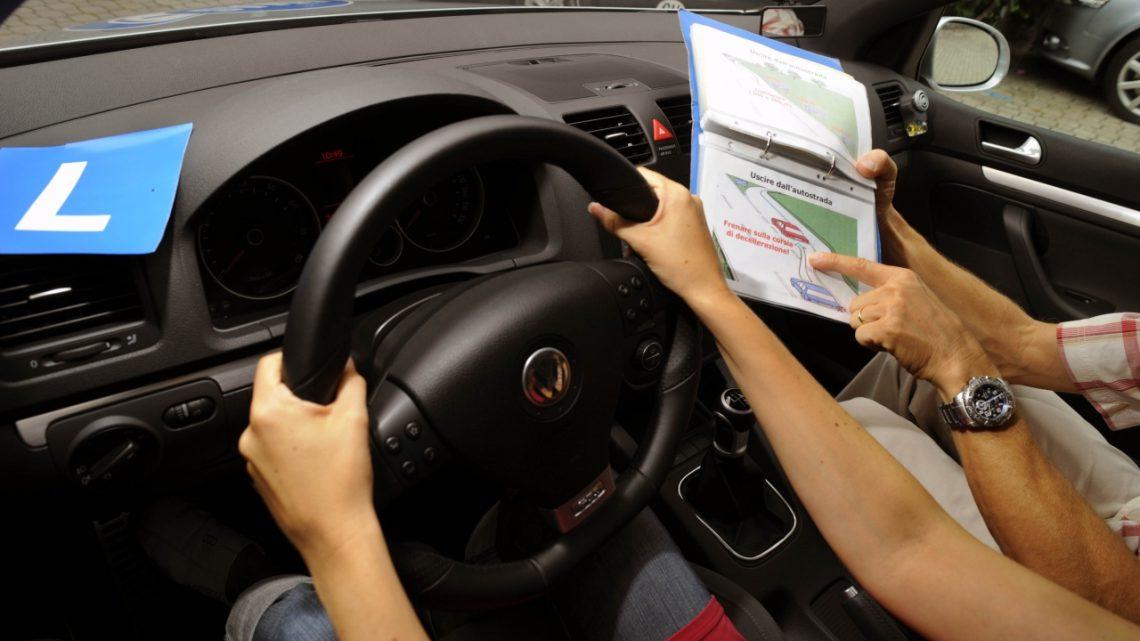 Prendere la patente costerà di più, in arrivo i rincari. Scoppia la polemica